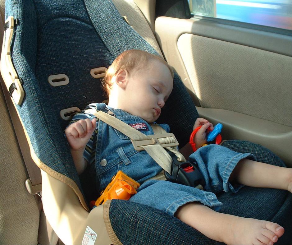 silla de coche insegura con bebe dormido