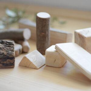 bloques-madera-natural-montessori-vetas-virutas-amatriuska