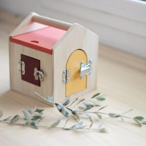 casita-cerraduras-madera-vetas-virutas-amatriuska