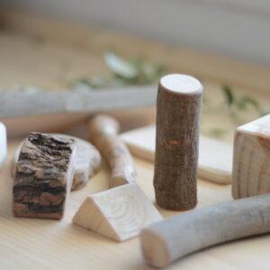 construccion-natural-bloques-madera-niños-vetas-virutas-amatriuska